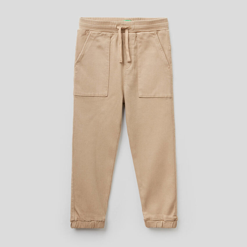 Trousers with drawstring and maxi pockets